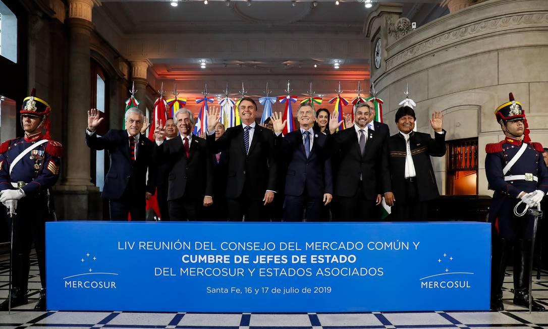Na foto oficial da 54ª Cúpula de Chefes de Estado do Mercosul, todos os presidentes levantaram a mão direita, enquanto o boliviano Evo Morales levantou a esquerda. Bolsonaro brincou e pediu para que ele trocasse a mão Foto: Alan Santos / PR
