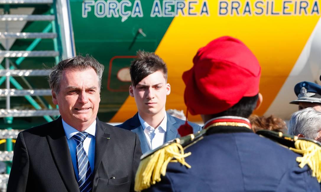 """Presidente Jair Bolsonaro desembarca no aeroporto de Sauce Viejo com seu filho mais novo, Jair Renan, de 20 anos, que foi apresentado como """"embaixador mirim"""". É a primeira viagem internacional do jovem com o pai Foto: Alan Santos / Agência O Globo"""