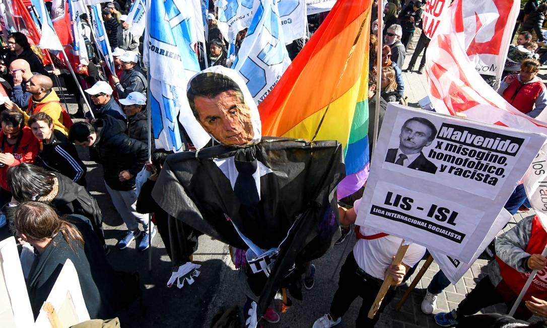 Manifestantes realizam protesto contra a presença de Bolsonaro, em frente à 54ª Cúpula dos Chefes de Estado do Mercosul, em Santa Fé, Argentina Foto: STRINGER / REUTERS