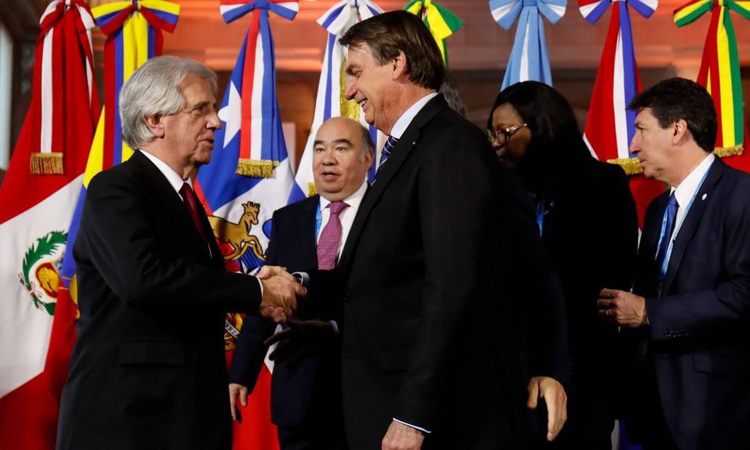 Bolsonaro cumprimenta o presidente do Uruguai, Tabaré Vázquez Foto: Alan Santos / PR