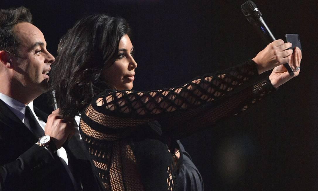 Kim Kardashian tira uma selfie no palco do Brit Awards, em Londres. A americana é a maior influenciadora do Instagram, com 144 milhões de seguidores. Foto: Jim Dyson / WireImage