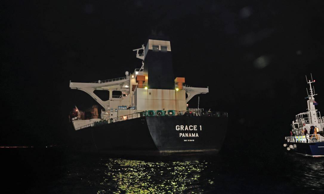 Navios de propriedade de empresas iranianas, como o Grace 1, apreendido em Gibraltar, estão sujeitos às sanções aplicadas pelos EUA por causa do programa nuclear do país. No caso dos navios iranianos no Brasil, Petrobras diz temer punições caso forneça combustível a eles. Foto: POOL / UK Ministry of Defence