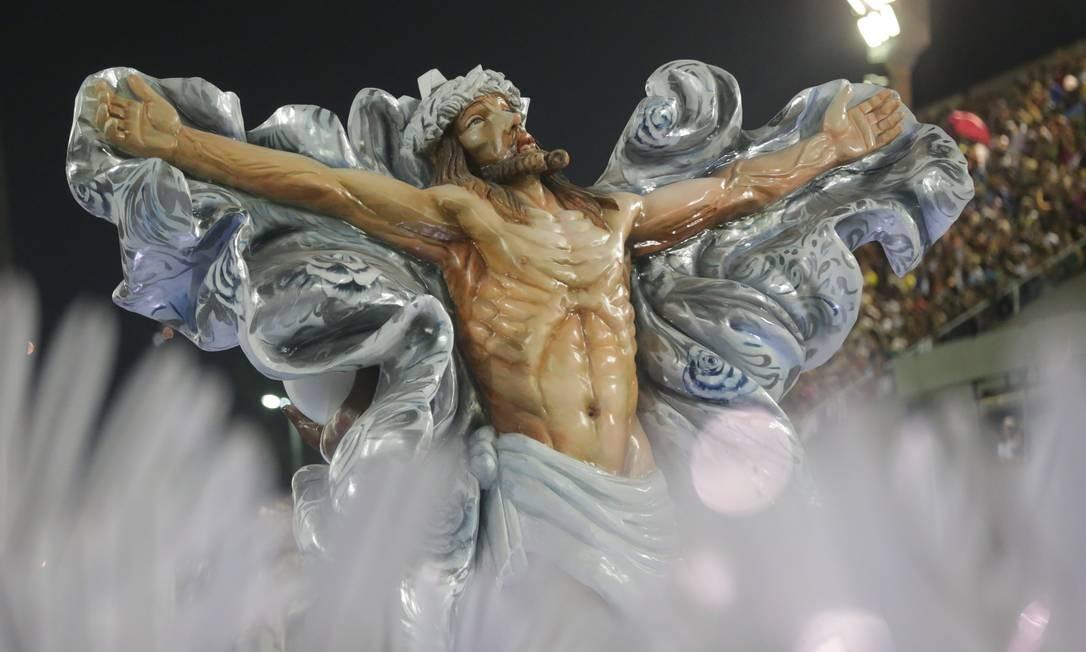 Escultura de Jesus Cristo no desfile da Mangueira de 2017 Foto: Márcio Alves / Agência O Globo