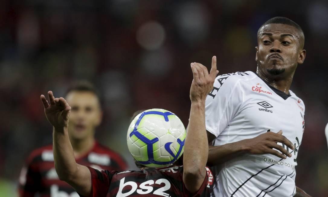 Marcelo Cirino, ex-jogador do Flamengo, disputa a bola com Everton Ribeiro Foto: MARCELO THEOBALD / Agência O Globo