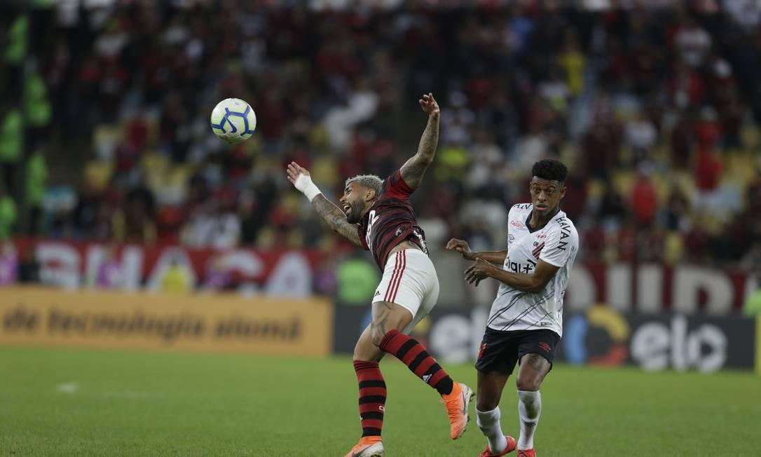 Marcelo Cirino, ex-jogador do Flamengo, disputa a bola com Everton Ribeiro Foto: MARCELO THEOBALD / MARCELO THEOBALD