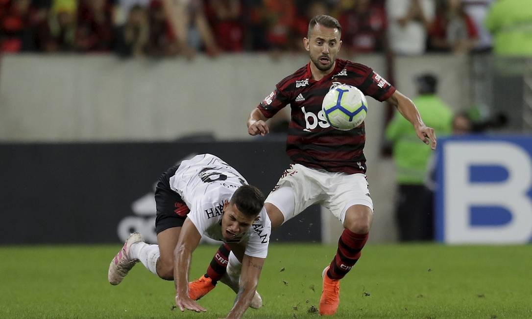 Everton Ribeiro recupera a bola para o Flamengo Foto: MARCELO THEOBALD / MARCELO THEOBALD