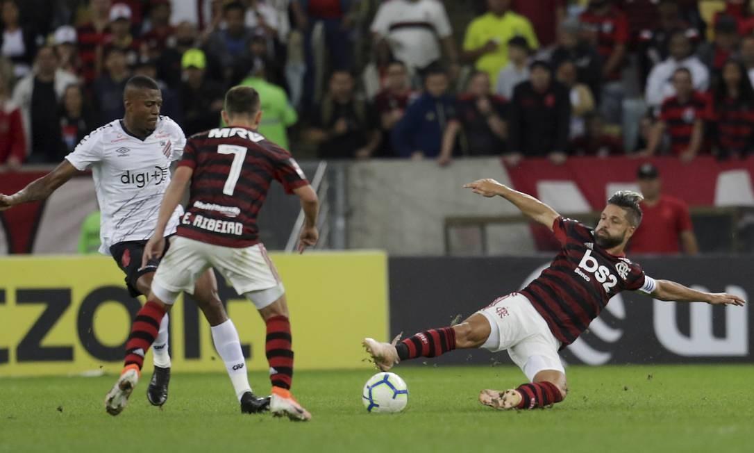 Diego e Everton Ribeiro tentam desarmar Cirino na partida pela Copa do Brasil Foto: MARCELO THEOBALD / MARCELO THEOBALD