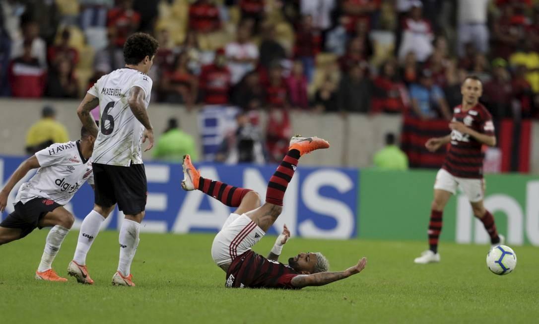 Gabigol cai no gramado na partida pela Copa do Brasil Foto: MARCELO THEOBALD / MARCELO THEOBALD