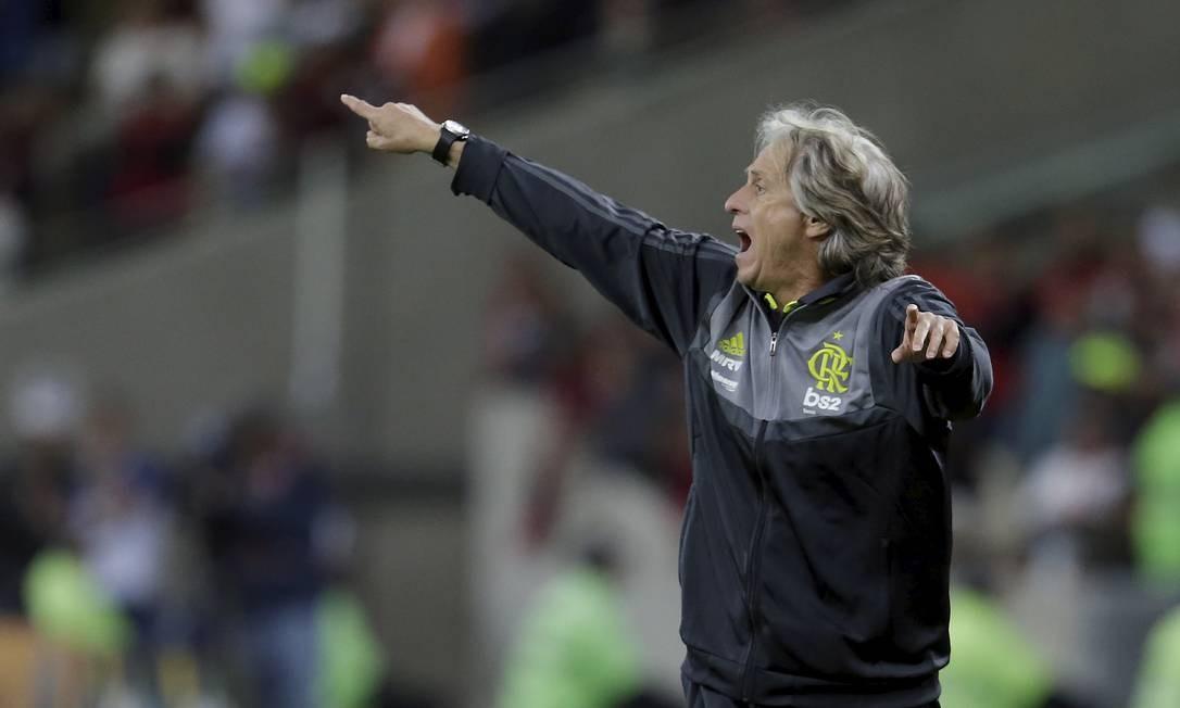 Jorge Jesus orienta o Flamengo na partida contra o Athletico-PR Foto: MARCELO THEOBALD / Agência O Globo