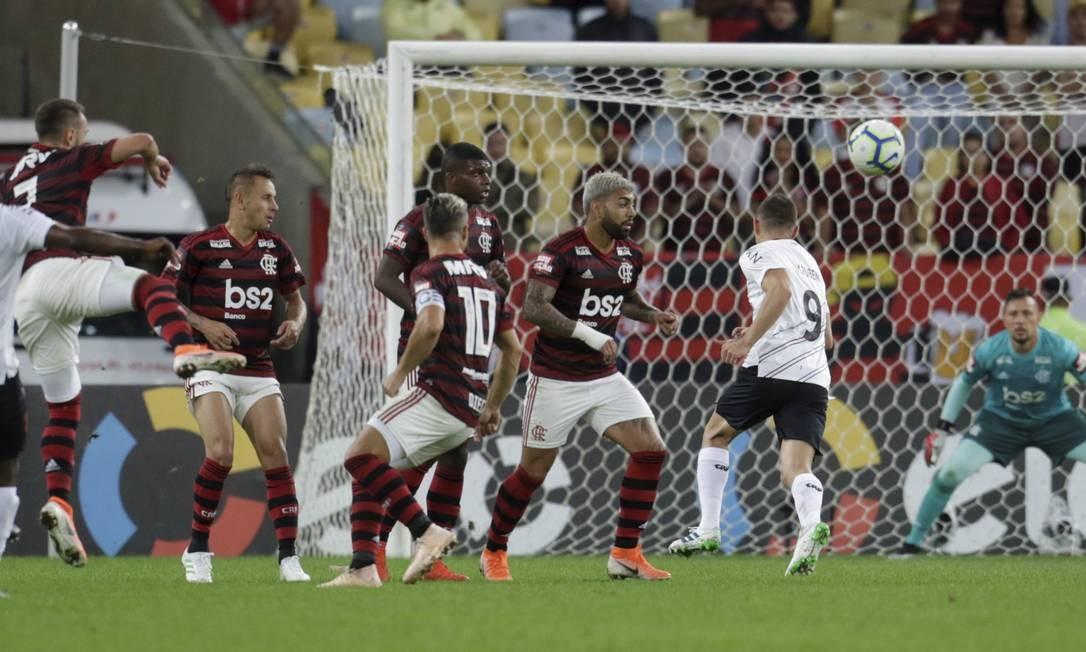 Goleiro Diego Alves, ao fundo, observa a jogada no ataque do Athletico-PR Foto: MARCELO THEOBALD / MARCELO THEOBALD