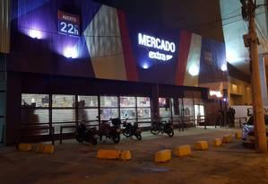 Criminosos invadiram um supermercado no Centro do Rio Foto: Felipe Grinberg / Agência O Globo