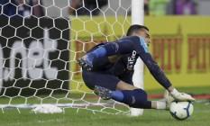 Santos pega a cobrança de Everton Ribeiro Foto: MARCELO THEOBALD / Agência O Globo