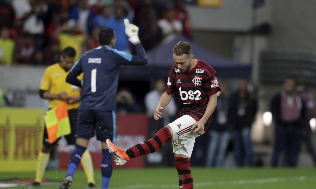 A frustração de Everton Ribeiro ao perder o pênalti contra o Athletico-PR Foto: MARCELO THEOBALD / MARCELO THEOBALD