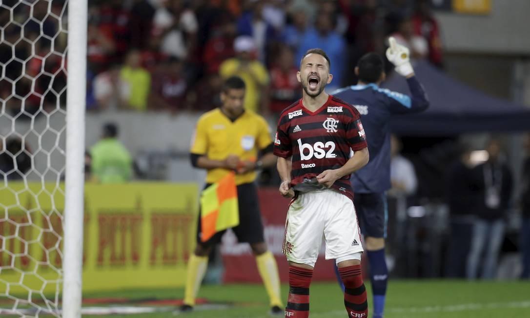 A frustração de Everton Ribeiro Foto: MARCELO THEOBALD