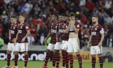 Jogadores do Flamengo pareciam não acreditar com a derrota nos pênaltis Foto: MARCELO THEOBALD / Agência O Globo