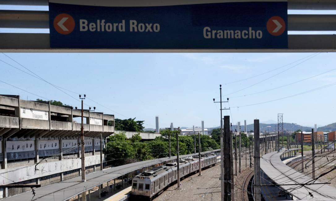 Passageiros enfrentam atrasos para embarcar nos trens no ramal Belford Roxo, na manhã desta segunda-feira Foto: Márcio Alves / Agência O Globo - 25/04/2016