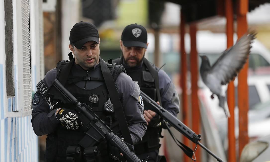 Policiais no Complexo da Maré Foto: Pablo Jacob / Agência O Globo