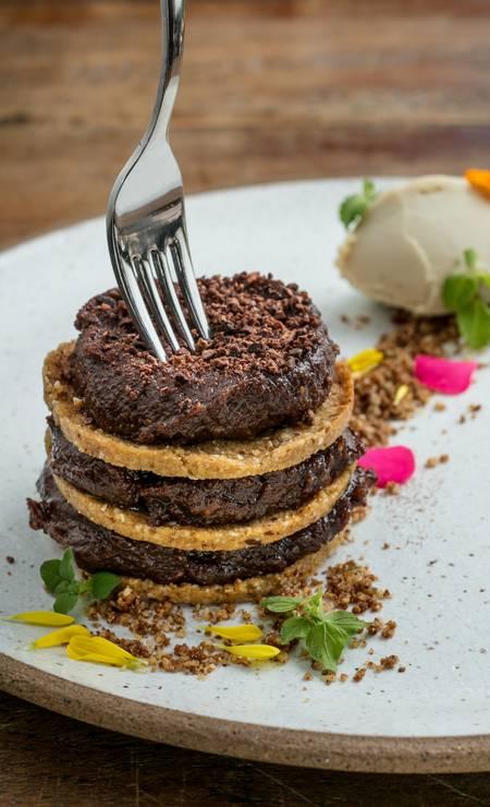 .Org. Sanduba de cookie com creme de avelã, chocolate branco e farofa de churros Foto: TomasRangel / Divulgação