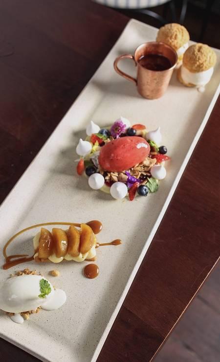 L'Atelier Mimolette: Le Grand Finale tem uma provinha de cada um dos hits das sobremesas da casa: profiteroles, pavlova e tarte tartin. Foto: Divulgação