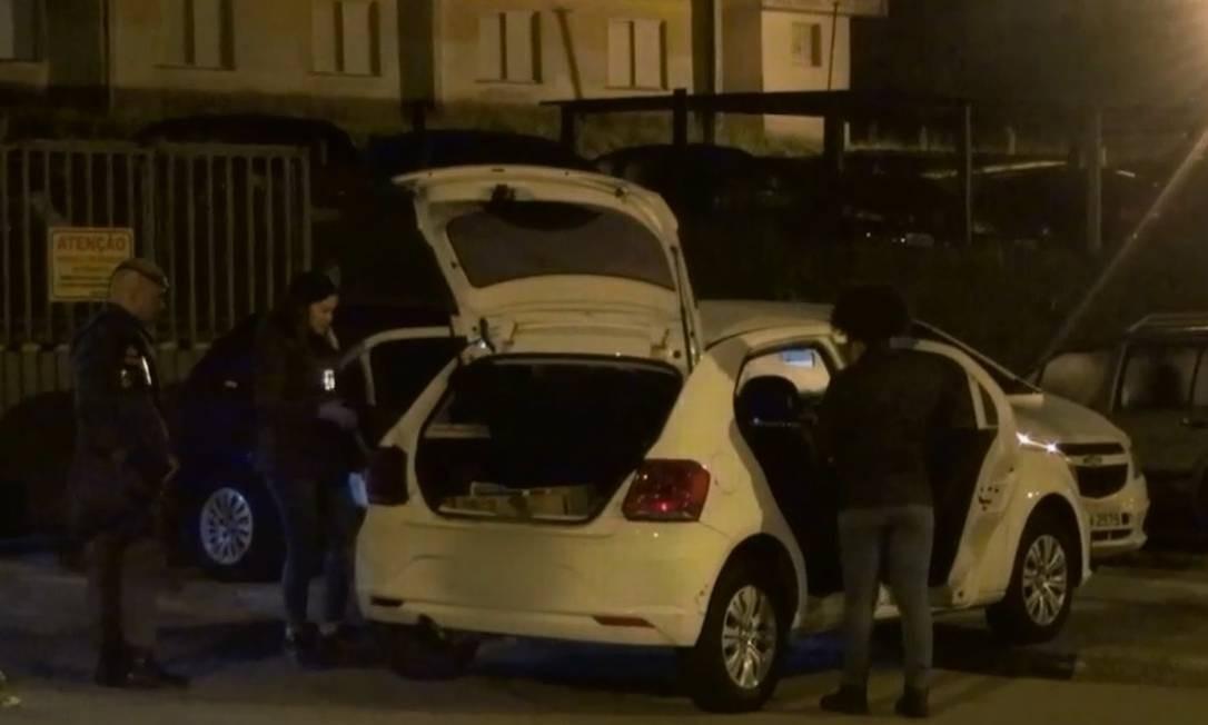 Policiais perseguiram assaltantes até que veículo roubado foi abandonado Foto: Reprodução/TV Globo
