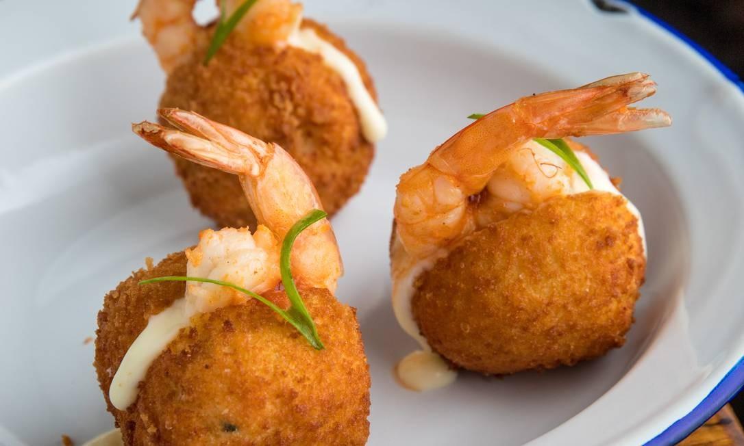 Cozinha. Falso acarajé, bolinho de peixe com bobó de camarão e coentro Foto: Tomás Rangel / Divulgação