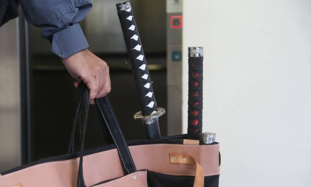 Espadas encontradas na casa do vereador Davi Brasil Caetano Foto: Fabiano Rocha / Agência O Globo