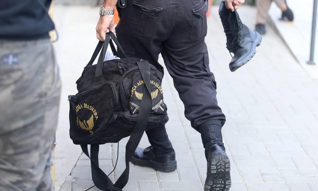 Bolsa da Força Aérea Brasileira encontrada com um dos presos na operação Hunter Foto: Fabiano Rocha / Agência O Globo