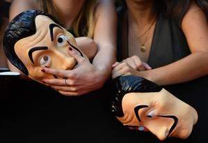 Fãs seguram máscaras da série 'La Casa de Papel', durante lançamento da terceira temporada, em Madrid Foto: GABRIEL BOUYS / AFP
