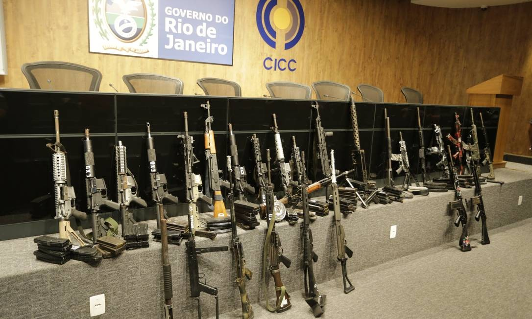 Foram apreendidos 15 fuzis, 75 granadas, duas metralhadoras, uma submetralhadora, uma espingarda, uma pistola e um revólver Foto: Domingos Peixoto / Agência O Globo