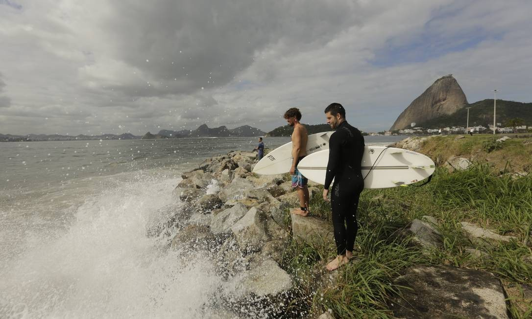 SRI - Rio. 18/07/2019, Surfe na Praia do Flamengo - Surfistas aproveitam as ondas na Praia do Flamengo. Foto: Brenno Carvalho / Agência O Globo Foto: Terceiro / Agência O Globo