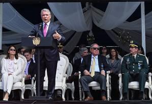 Presidente colonbiano Iván Duque faz discurso a militares no dia 13 de julho. Com popularidade em queda, líder busca apoio para enfrentar a onda de refugiados venezuelanos e as negociações de paz estagnadas com a guerrilha Foto: JOAQUIN SARMIENTO / AFP