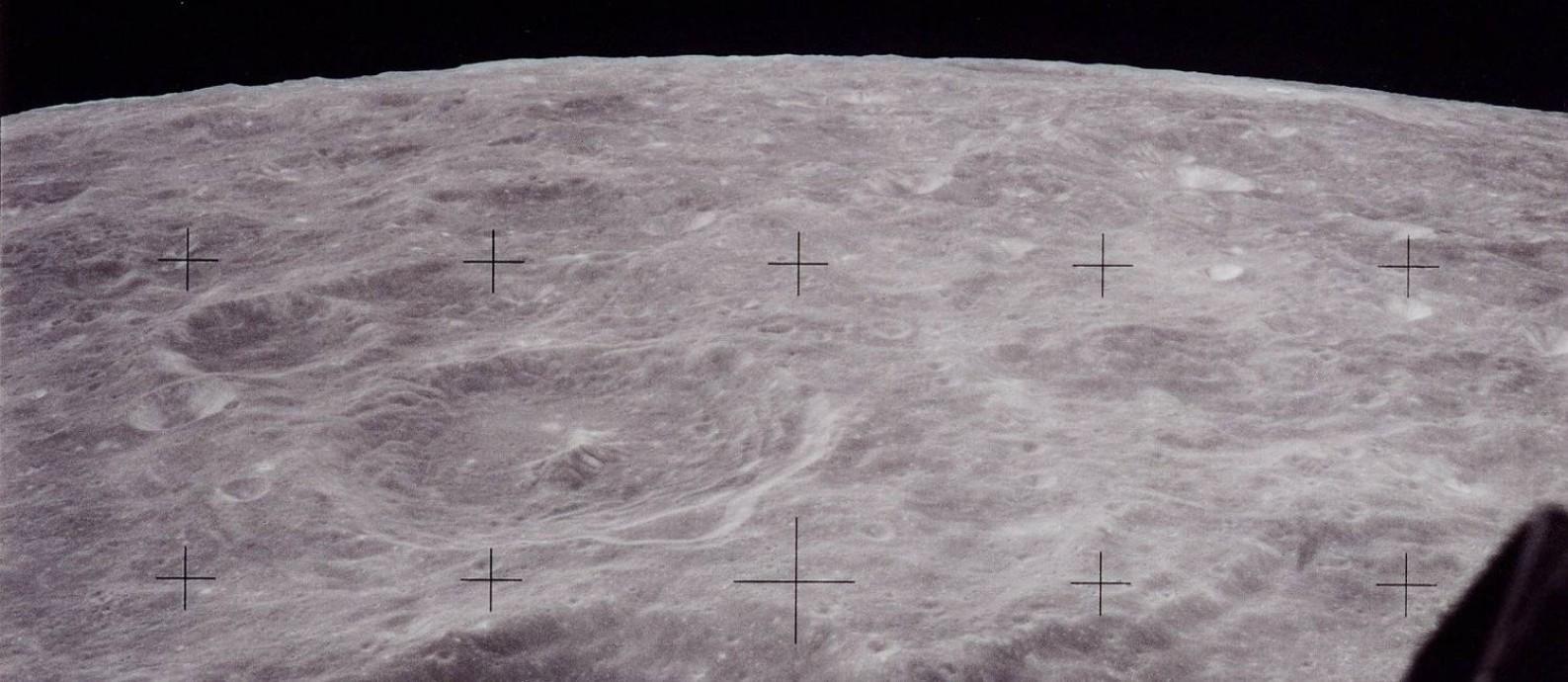 A Lua vista pela janela do comandante Neil Armstrong no módulo lunar da Apollo 11, na véspera do pouso: diálogos revelam encantamento e muito trabalho nos preparativos Foto: Nasa / Nasa