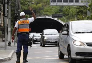 Agente orienta trânsito na Avenida Roberto Silveira, em Icaraí Foto: Fábio Guimarães / Agência O Globo