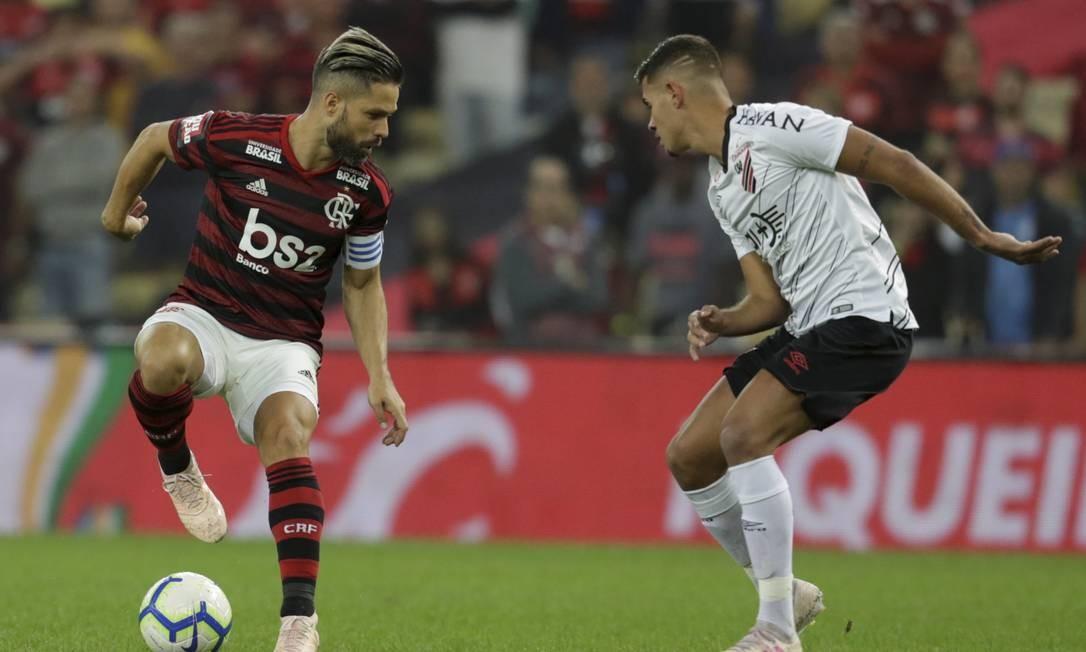 Diego na partida contra o Athletico Foto: MARCELO THEOBALD / Agência O Globo