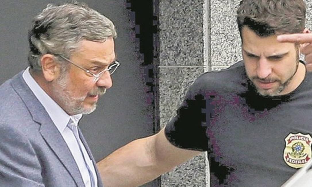 Palocci é levado por agentes da Polícia Federal quando foi preso em São Paulo: novo capítulo da delação Foto: Agência O Globo