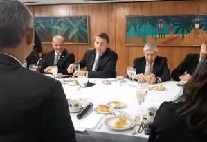 Presidente Jair Bolsonaro toma café da manhã com correspondentes de jornais estrangeiros, em Brasília Foto: Reprodução/Facebook