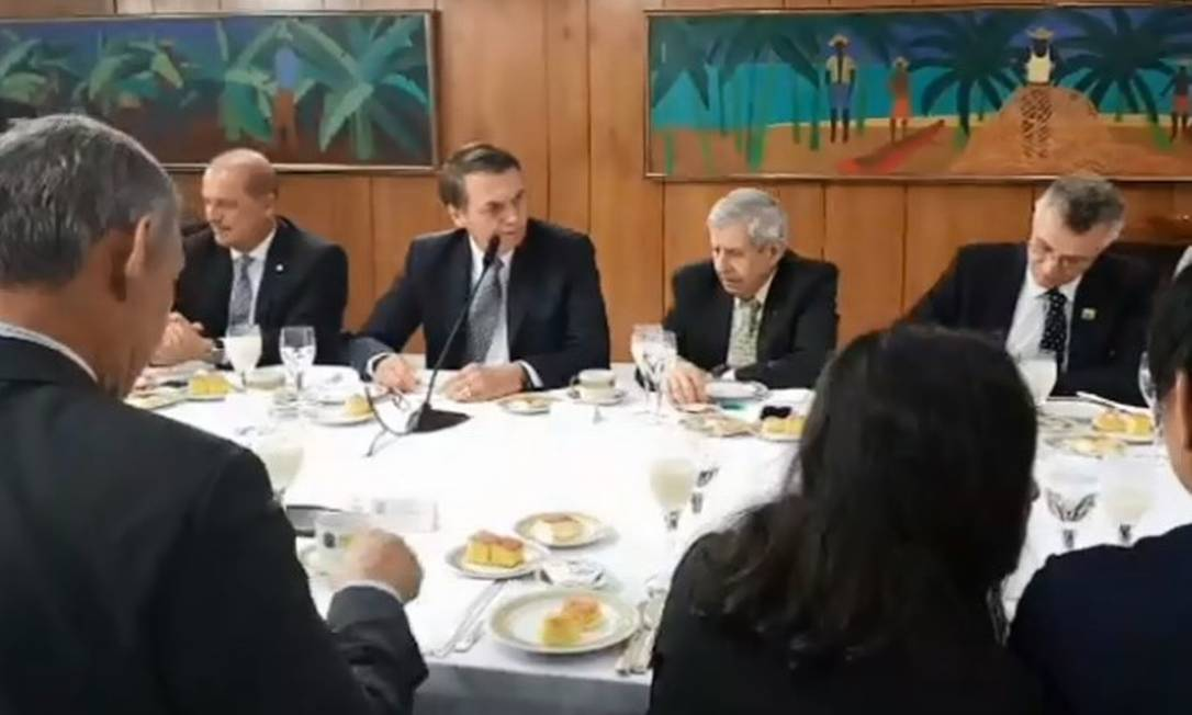Presidente Jair Bolsonaro responde perguntas de correspondentes de jornais estrangeiros, em Brasília Foto: 19-07-19 / Reprodução/Facebook