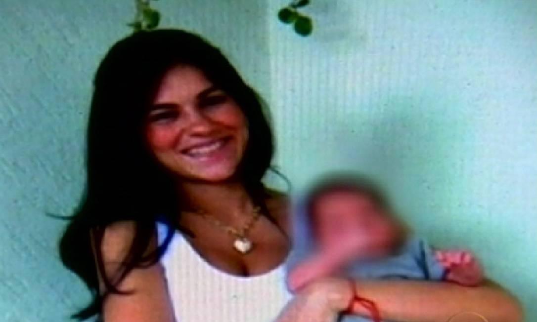 Na época de seu desaparecimento, Eliza Samúdio estava com o filho, cujo pai, segundo ela, seria o goleiro Bruno. A paternidade foi confirmada mais tarde Foto: Reprodução de TV