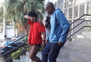 Valmir (de azul) sai da 19ª DP algemado a outro preso Foto: Saulo Pereira Guimarães / Agência O Globo