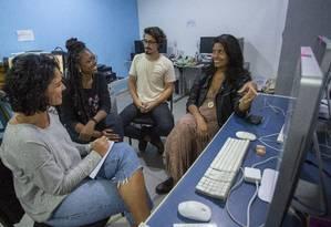 Parte da equipe da revista Periferias, editada semestralmente, durante reunião de pauta na redação, que fica no Complexo da Maré Foto: Agência O Globo / Bruno Kaiuca