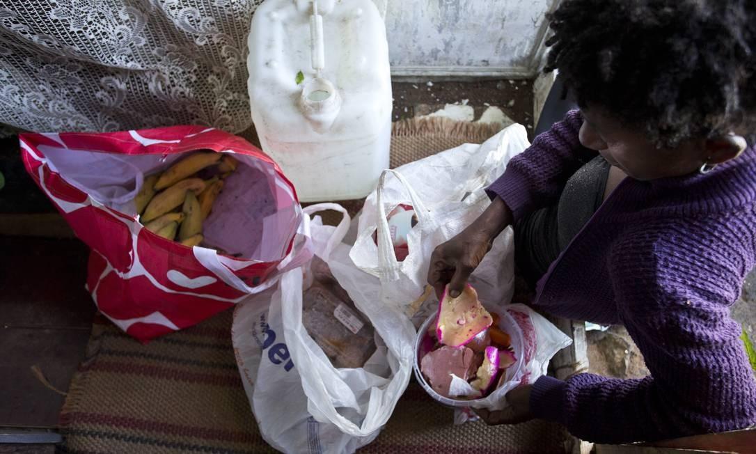 Casal de catadores de lixo que mora no local conhecido como Caranguejo, na parte mais alta do Pavão-Pavãozinho, vendem e comem o lixo que catam Foto: Márcia Foletto / Agência O Globo