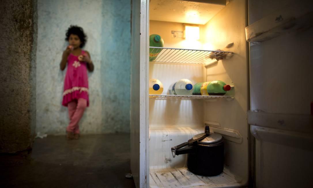 Família com cinco crianças vive em sítio em Japeri, no bairro Santo Antônio, e em troca de tomar conta do espaço recebe uma cesta básica Foto: Márcia Foletto / Agência O Globo