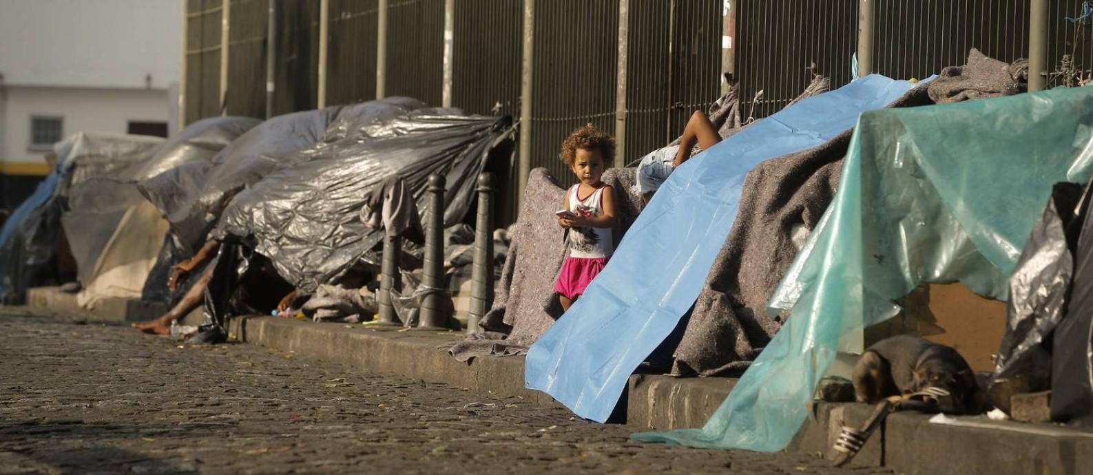 Acampamento de moradores de rua no Largo de São Francisco, no Centro do Rio Foto: Pablo Jacob / Agência O Globo