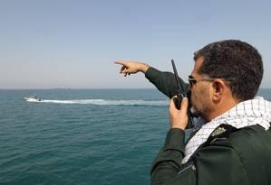 Oficial da Guarda Revolucionária dá orientações durante cerimonia em homenagem às vítimas do voo 655 da Iran Air, abatido em meio a 'Guerra de Petroleiros', em 1988. Captura de navios britânicos nesta sexta-feira eleva os riscos em uma região conhecida pela instabilidade Foto: ATTA KENARE / AFP
