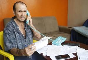 O aposentado Rene Andrade, 76 anos, reclama do assédio dos bancos Foto: Fábio Guimarães / Agência O Globo
