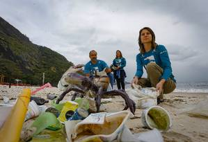 Bem maior. Voluntários do Projeto Uçá recolhem lixo na Praia de Itaipu Foto: ROBERTO MOREYRA / Agência O Globo