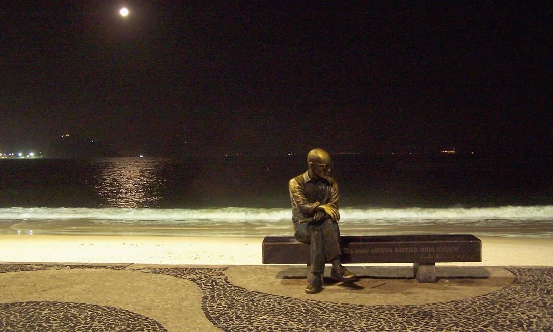 Eterna contemplação: estátua de Carlos Drummond de Andrade, na praia de Copacabana, descansa sob o luar Foto: Cora Rónai / Agência O GLOBO