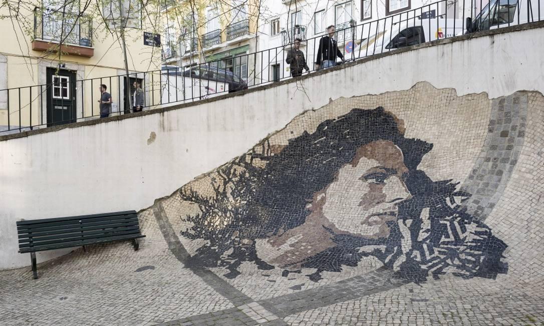 Calçada na Alfama, em Lisboa, reproduz o rosto da cantora de fados Amália Rodrigues: já idosos, netos buscam cidadania portuguesa para transmiti-la aos filhos Foto: RODRIGO CARDOSO / NYT