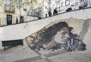 Calçada na Alfama, em Lisboa, reproduz o rosto da cantora de fados Amália Rodrigues: já idosos, netos buscam cidadania portuguesa para transmiti-la aos filhos Foto: RODRIGO CARDOSO/The New York Times