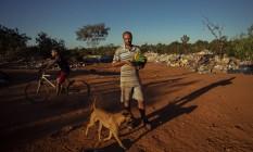 Thiago de Lima Martins Pereira, de 33 anos vive com a esposa e dois filhos e vive do que consegue catar para reciclar. Nem sempre o dinheiro consegue arcar com as despesas da familia e ele precisa catar comida nas lixeiras Foto: Daniel Marenco / Agência O Globo
